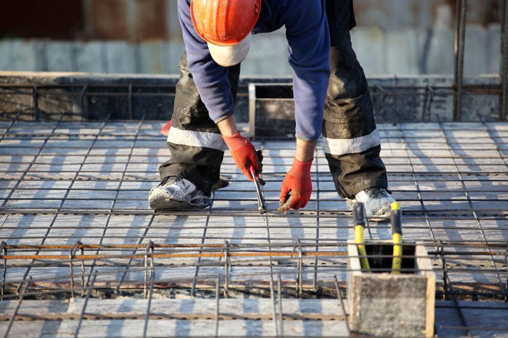 Rakennusalan työntekijä rakentaa taloa
