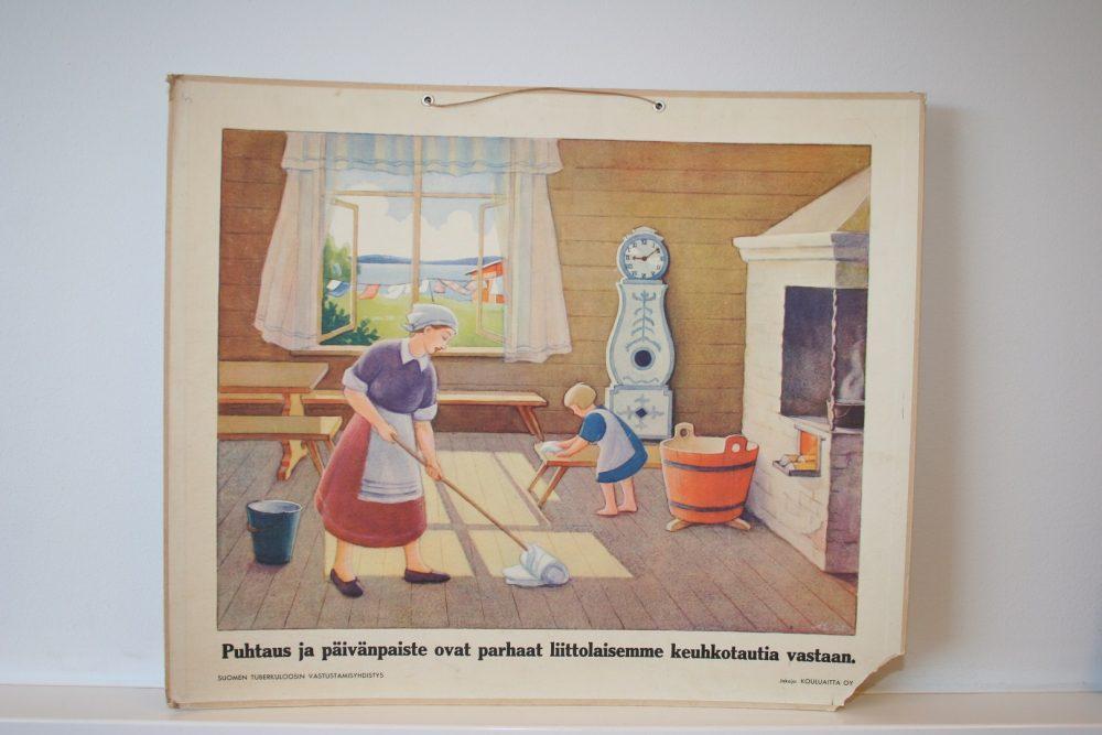 """Vanha tuberkuloosin valistustaulu. Taulussa on teksti """"Puhtaus ja päivänpaiste ovat parhaat liittolaisemme keuhkotautia vastaan."""" ja tekstiä kuvasta piirroskuva."""