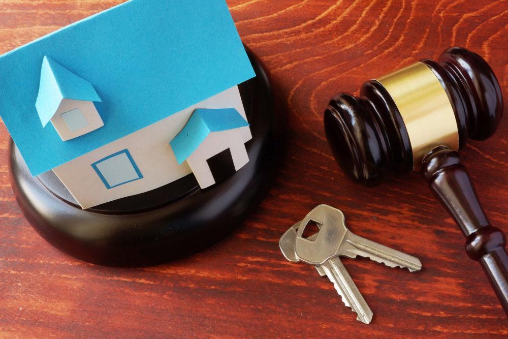 Pienoiskuva asunnosta avaimet ja oikeuden nuija