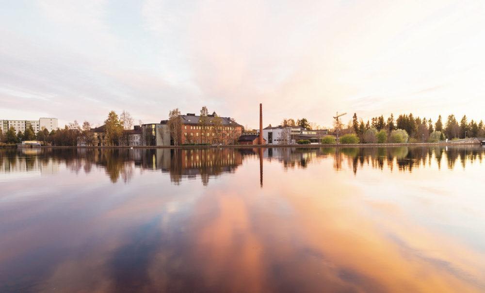 Hotelli Lasaretti Oulujoen yli nähtynä