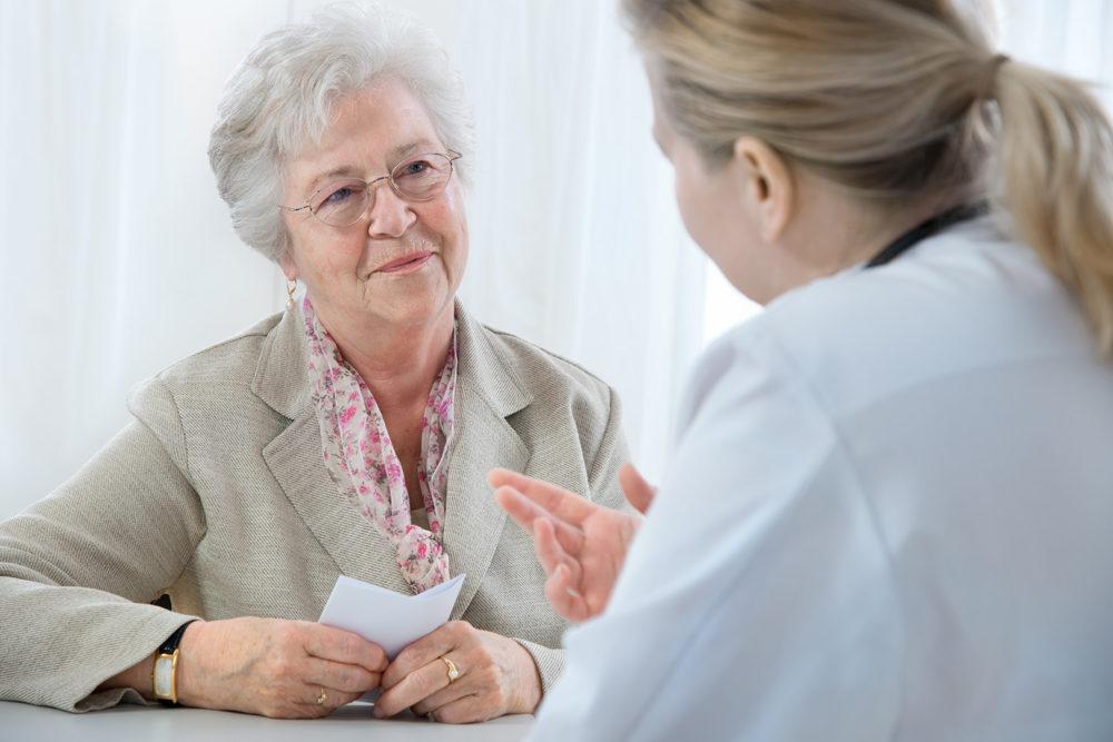 nainen lääkärin vastaanotolla