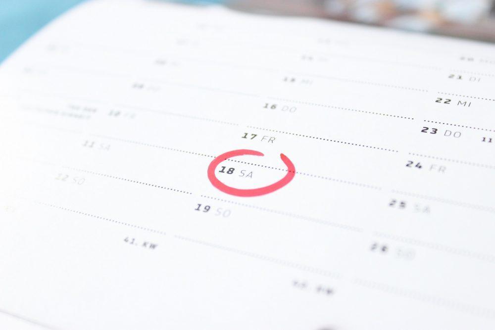 Kalenteri jossa lauantai 18. päivä on ympyröity.