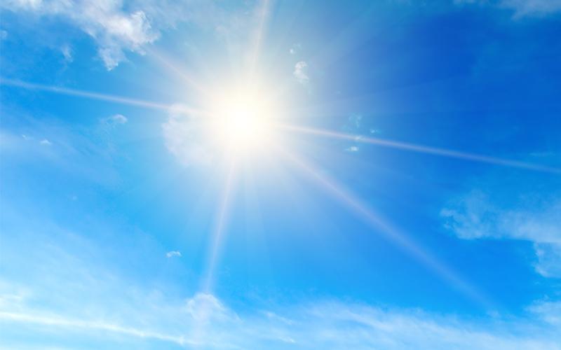 hehkuva aurinko sinisellä taivaalla