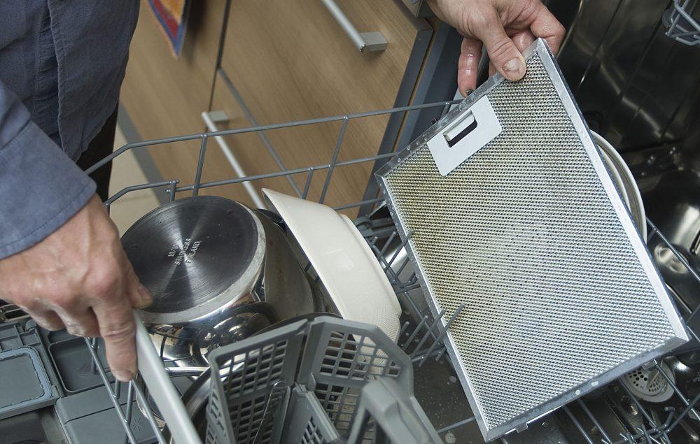 liesituulettimen rasvasuodattimen puhdistaminen tiskikoneessa