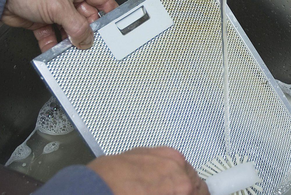liesituulettimen rasvasuodattimen tiskaaminen