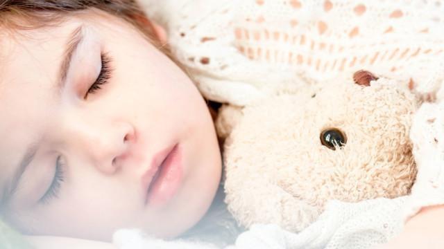 tyttö nukkuu kuvituskuva